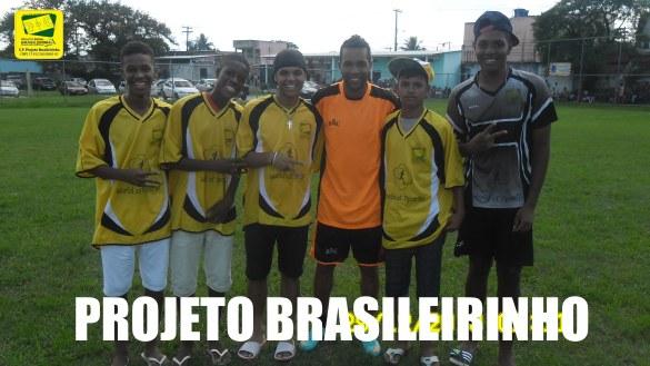 Alex Teixeira do FC Shakhtar Donetsk cercado pelos atletas Herison , Lucas Sales, Thales e Mateus da World of Sports